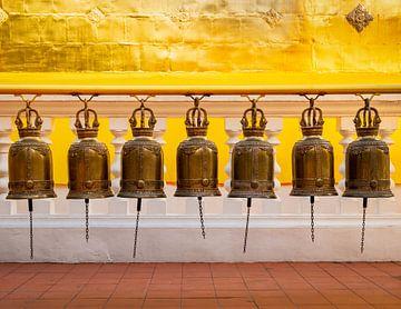 Bidklokken in een Thaise boeddhistische tempel van Urban Photo Lab