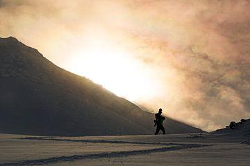 Hiken en wandelen in de sneeuw in Japan. Warm licht van