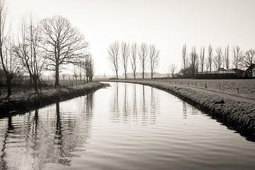 Blick über einen schmalen niederländischen Fluss in der Wintersaison von Ruud Morijn