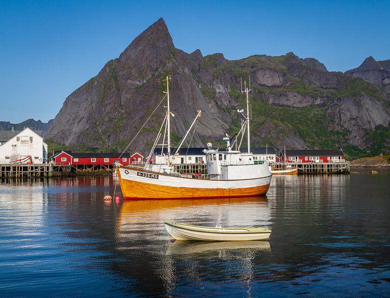 Vissersboot op de Lofoten in Noorwegen. van Hamperium Photography