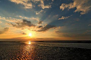 Coucher de soleil sur la plage d'Ameland avec nuages sur Caroline van der Vecht