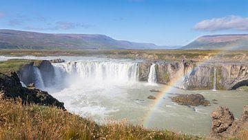Godafoss waterval op IJsland met regenboog van Lynxs Photography