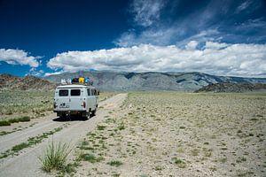 Russische Bus op de steppe in West-Mongolie van