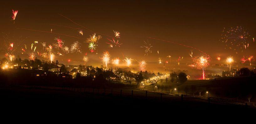 Vuurwerk tijdens Oud en Nieuw 2014-2015 in Simpelveld van John Kreukniet
