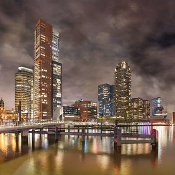 Nachtzicht op opvallende architectuur op de Kop van Zuid van Tony Vingerhoets