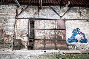 Tor mit Eeyore in verlassener Fabrikhalle, Belgien