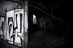urbex-Gebäude mit Graffiti in Deutschland, schwarz-weiß