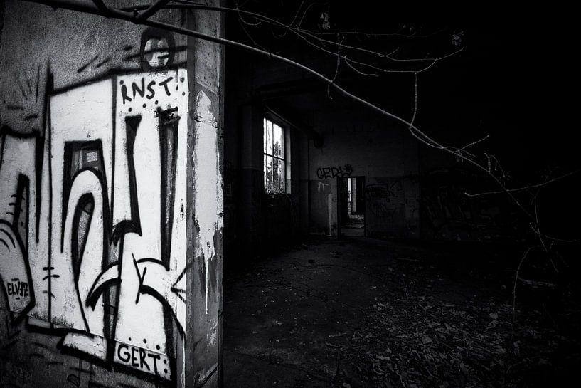 urbex-Gebäude mit Graffiti in Deutschland, schwarz-weiß von Ger Beekes