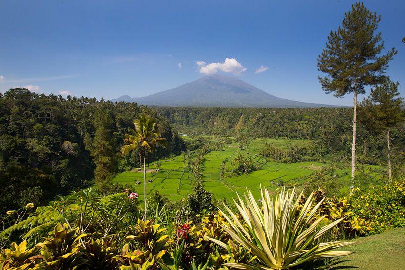 Uitzicht op de Mount Agung op Bali Indonesië van Willem Vernes