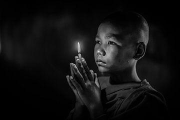 Baghan MYANMAR - Junger Mönch mit brennender Kerze im Kloster von Wout Kok