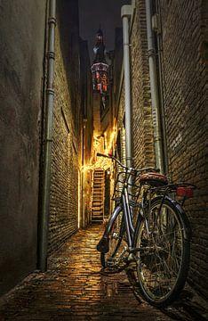 Steeg in Breda met sfeerverlichting en Grote Kerk op de achtergrond