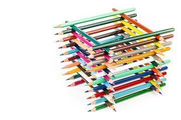Struktur von verschiedenen Farbstiften auf weißem Hintergrund sur Ben Schonewille