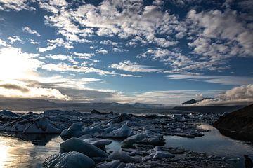 Jökulsárlón (IJsland), ijsschotsen in het water van Anne Ponsen