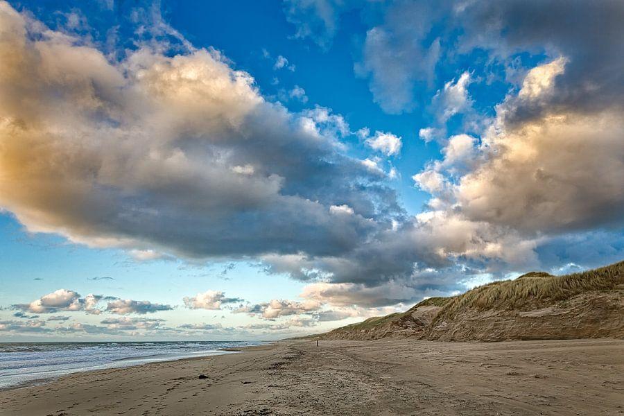 Wolken, strand met de Noordzee en de duinen