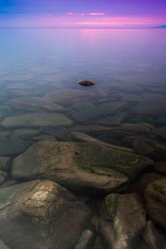 Steine im klaren Wasser des Baikalsees bei Sonnenuntergang. von Michael Semenov