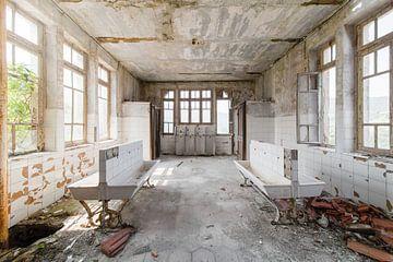Des lavabos dans une école abandonnée sur Kristof Ven