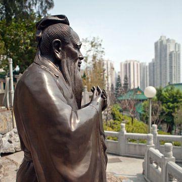 Confucius standbeeld in de Wong Tai Sin Tempel in Hong Kong van t.ART