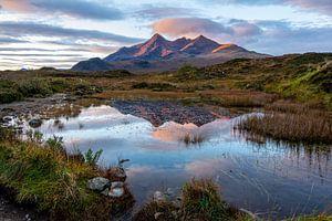 Spiegelend meer met bergen bij zonsopkomst op Skye van Annette Schoof