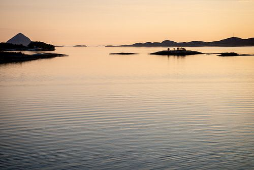 Zonsondergang met eilanden - midnight-sun