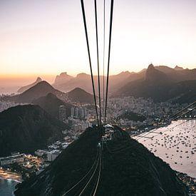 Kabelbaan en uitzicht vanaf Sugerloaf Mountain in Rio de Janeiro tijdens zonsondergang van Michiel Dros