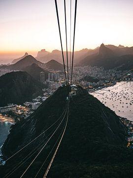 Seilbahn und Blick vom Sugerloaf Mountain in Rio de Janeiro bei Sonnenuntergang von Michiel Dros