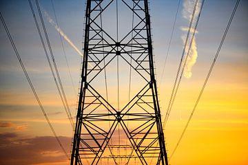 Hochspannungs-Stromübertragungstürme bei Sonnenuntergang von Sjoerd van der Wal