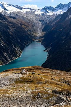 Uitzicht over stuwmeer en berghut van Ginkgo Fotografie