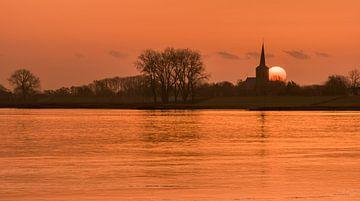 Zonsopkomst bij Nicolaaskerk Ravenswaaij