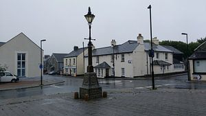 Een regenachtig straatbeeld in Engeland