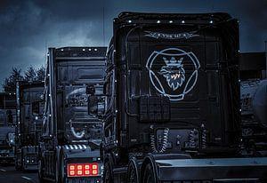 Drei Lastwagen in schwarz-weiß.
