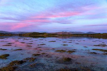 Coucher de soleil sur les eaux bleues du nord de la Norvège sur Jasper den Boer