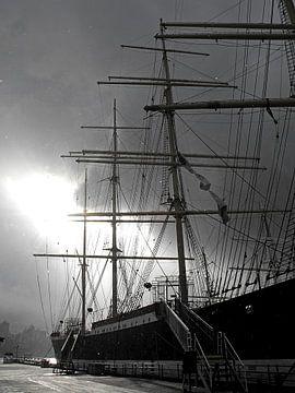 Zeilschip in de winter in zwart-wit van Jutta Klassen