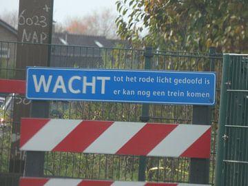 Wacht tot het rode licht gedoofd is er kan nog een trein komen van Wilbert Van Veldhuizen