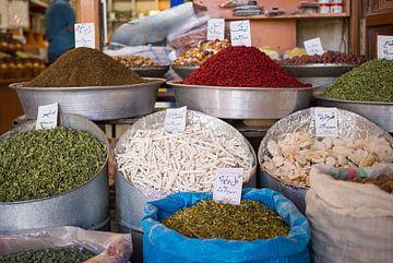 Kruiden en specerijen in de bazaar van Kerman, Iran van Teun Janssen