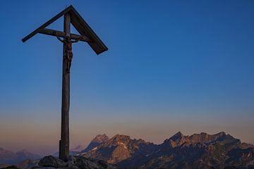 Mountain Cross at the Rappensee, Allgäu Alps van Walter G. Allgöwer