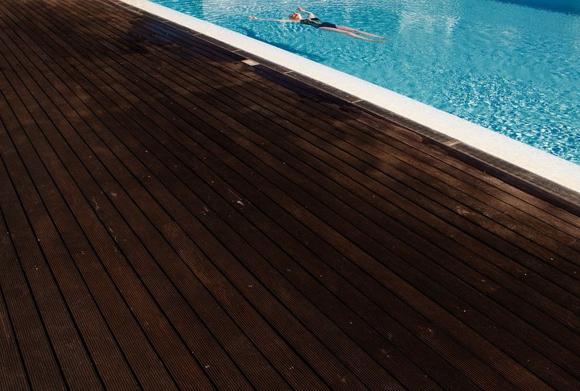 Relaxen in het zwembad: Laat alle zorgen varen. van Paul Teixeira