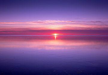 Coucher de soleil violet sur le lac gelé d'Ijsselmeer sur Jasna Ivankovic