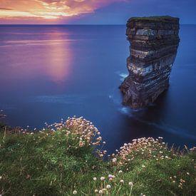 Downpatrick Head in Irland zum Sonnenuntergang von Jean Claude Castor