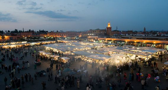 Panorama Djeema-el-fna markt Marrakech Marokko van Keesnan Dogger Fotografie