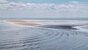 Waddenzee met zandplaat met ronde golven van