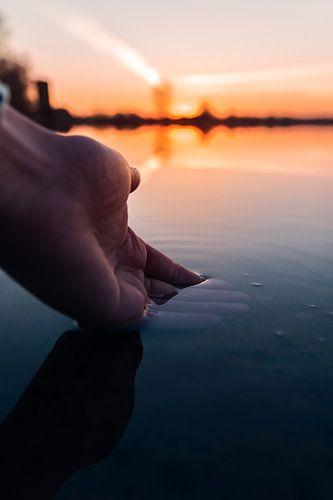 Hand in het water