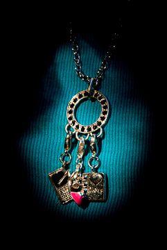His gift: a necklace for you van Norbert Sülzner