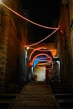 Straat verlicht met kerstverlichting en slingers, Nieuwjaar-Jeruzalem. Donkere nachtelijke smalle st van Michael Semenov