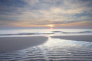 Droogvallende zandbank tijdens zonsondergang op het strand van Julianadorp (2) van Gerben van Dijk