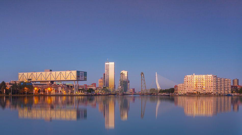 Blauwe uur in Rotterdam van Ilya Korzelius
