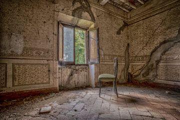 Einsamer Stuhl vor dem Fenster (urbex) von Jaco Verheul