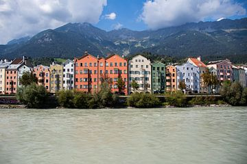 De stad Innsbruck met kleurrijke huizen van David Esser