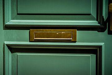 Horizontaler Briefkasten aus Messing mit grüner Tür, traditionelle Art der Briefzustellung in ein Ha von Urban Photo Lab
