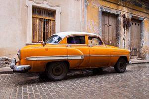 Oranje oldtimer in Cuba van Eveline Dekkers