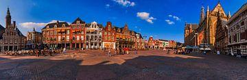 De Grote Markt in Haarlem met de kerk en het Gemeentehuis van